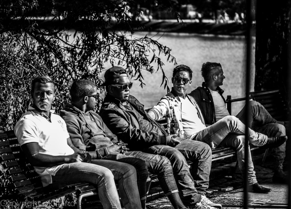 Gutta på benk ved Breiavatnet