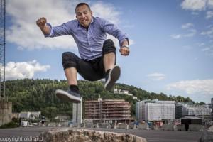 BIlde av Dag som hopper over stein ved Operaen i Bjørvika