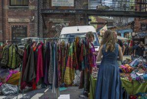Bilde utenfor Søndagsmarkedet på Blå av Ørjan Liland