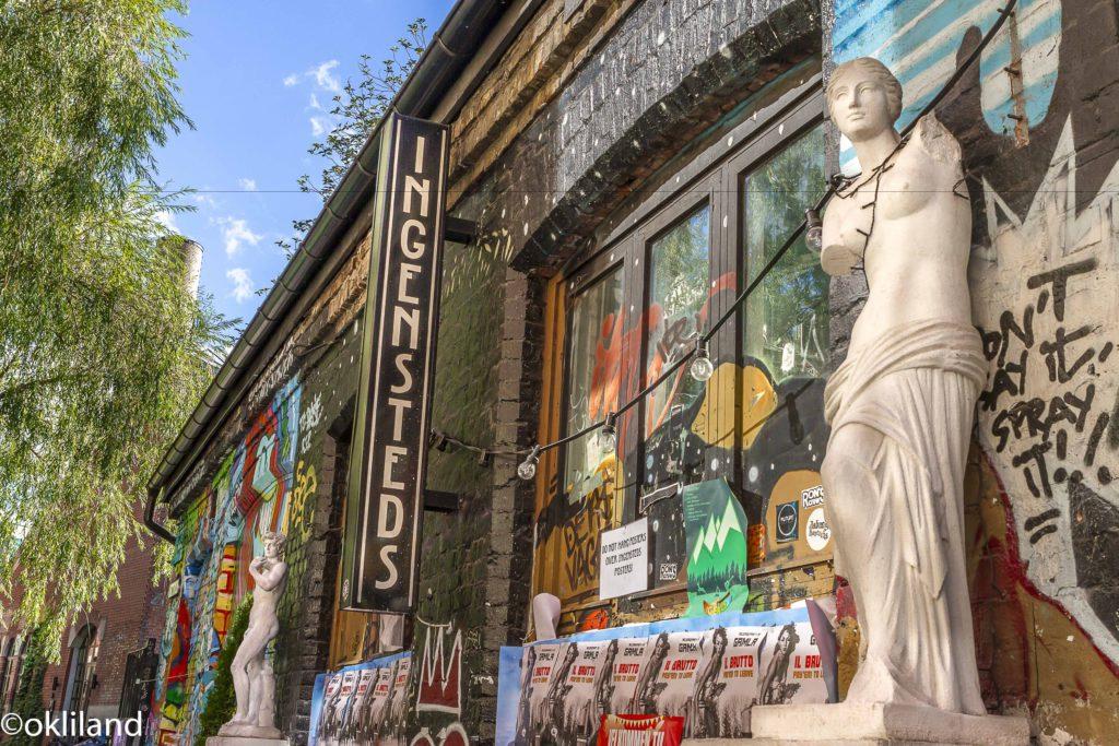 Bilde av statuene på Blå av Ørjan Liland