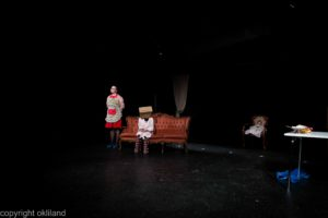 Bilde pose på hodet Teater Neuf Family Crisis av Ørjan Liland